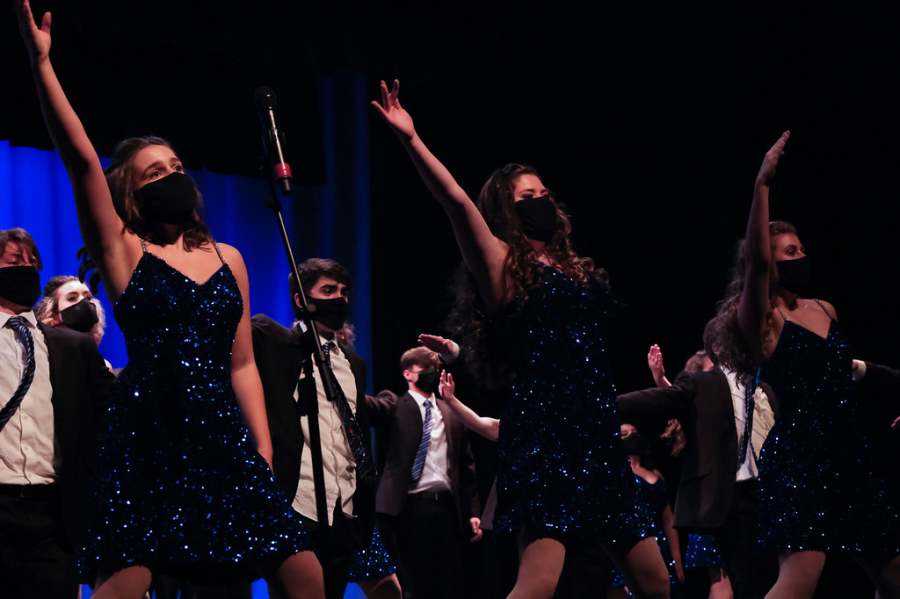 The+Amazing+Technicolor+Show+Choir+performs+on+Cabaret+night.